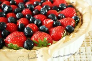 Кростата с ягодами и кремом