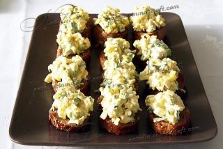 салат с яйцом на гренках