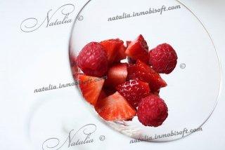 Десерт из свежих ягод и сливок