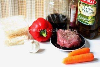 Салат с рисовой лапшой и бифштексом