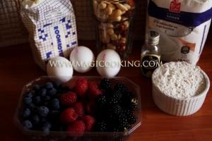 Ореховый пирог с ягодами