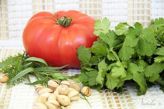 Салат из помидоров с фисташками