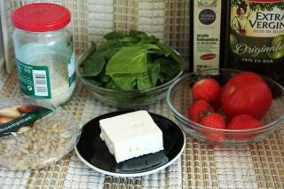 Салат со шпинатом и клубникой