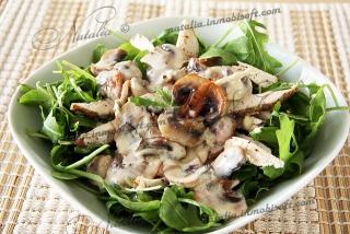 Теплый салат с грибами и горгонзолой