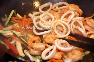 Стир-фрай с креветками и кальмарами