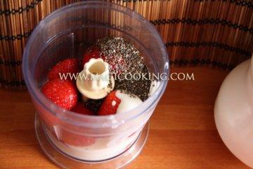 Клубничный десерт с семенами чиа