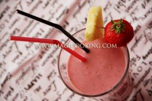 Клубничный коктейль с йогуртом