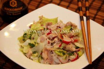 Вьетнамский салат с курицей и рисовой лапшой