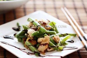 Тёплый салат с курицей, паприкой и стручковой фасолью